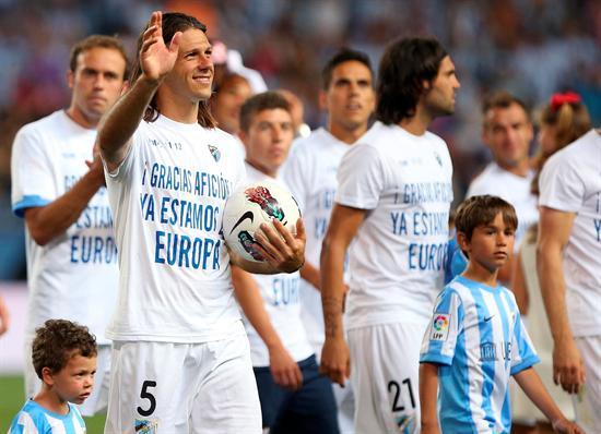 El defensa argentino del Málaga C.F, Martín Demichelis (i), junto a sus compañeros, celebra la clasificación para la previa de la Liga de Campeones. Foto: EFE