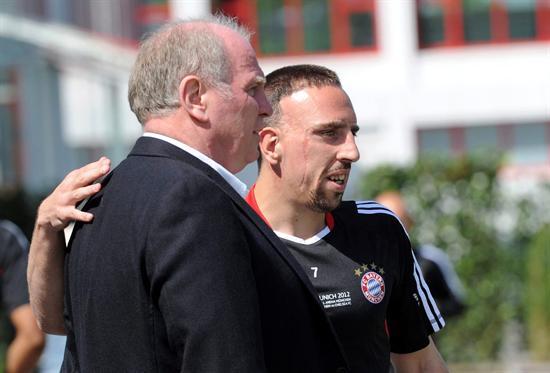 El jugador del FC Bayern de Múnich Frank Ribery (d) conversa con el presidente del club alemán Uli Hoeness durante el entrenamiento. Foto: EFE