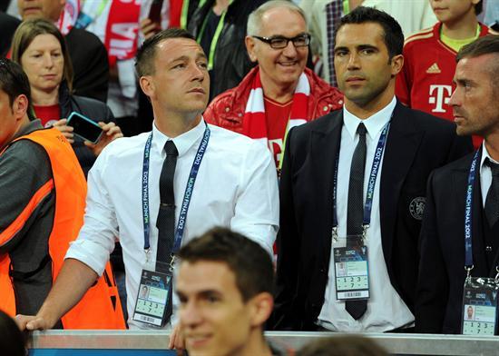 El jugador del Chelsea, John Terry y su compañero portugués, Henrique Hilario, observan desde las gradas la final. Foto: EFE