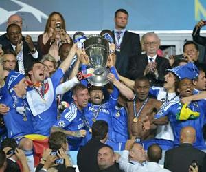 Jugadores del Chelsea celebran con el trofeo después de vencer al Bayern