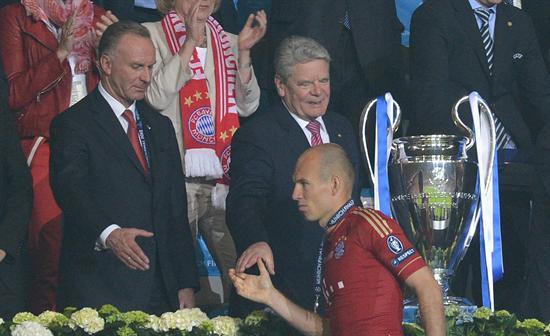 El jugador del Bayern Arjen Robben (frente) saluda al presidente de Alemania Joachim Gauck (c) y al director ejecutivo del equipo, Karl-Heinz Rummenig. Foto: EFE
