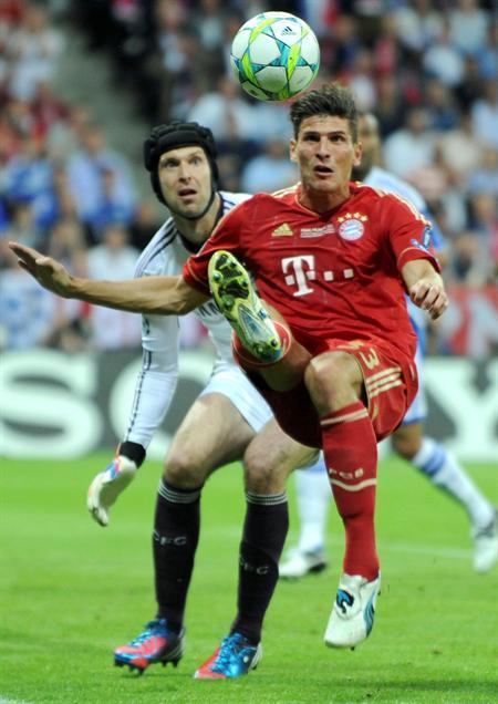 El jugador del Bayern, Mario Gomez (dcha), y el portero del Chelsea, Petr Cech. Foto: EFE