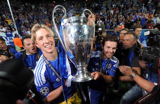 Los jugadores españoles del Chelsea Fernando Torres (i) y Juan Mata (d) levantan la copa de la Liga de Campeones. Foto: EFE