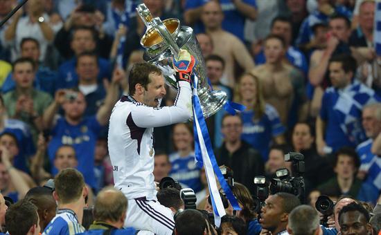 .- El portero del Chelsea Petr Cech levanta la copa de la Liga de Campeones. Foto: EFE