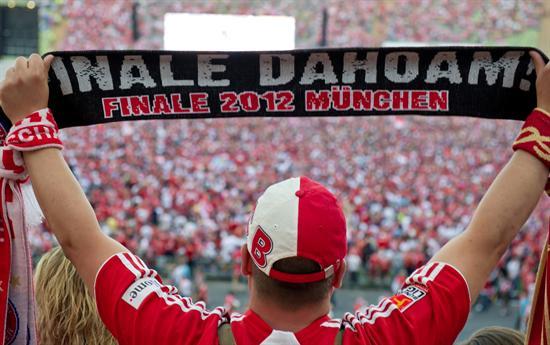 """Un aficionado del Bayern de Múnich extiende su bufanda con el mensaje en alemán 'Finale Dahoam' (""""Final en casa""""). Foto: EFE"""