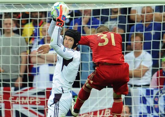 El portero del Chelsea, Petr Cech (izq) atrapa un balón ante la presencia del jugador del Bayern, Bastian Schweinsteiger. Foto: EFE
