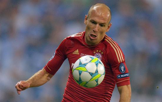 El jugador del Bayern Arjen Robben recibe el balón. Foto: EFE