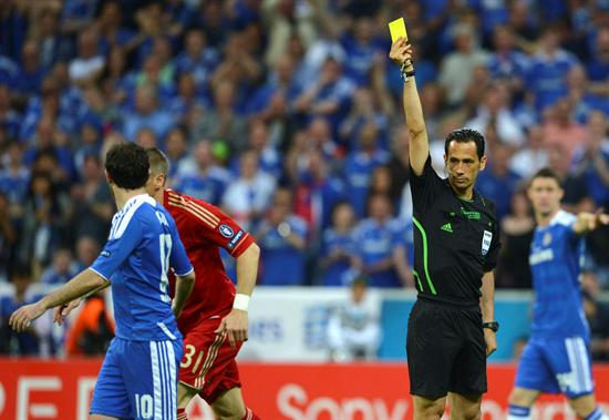 El árbitro portugués Pedro Proenca (d) saca la tarjeta amarilla al centrocampista alemán del Bayern de Múnich, Bastian Schweinsteiger. Foto: EFE