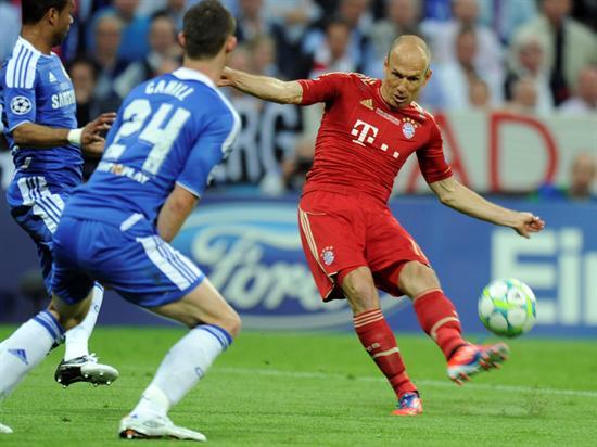 El centrocampista holandés del Bayern de Múnich Arjen Robben trata de marcar ante el Chelsea. Foto: EFE