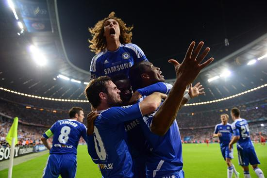 Jugadores del Chelsea celebran tras vencer al Beyrn. Foto: EFE