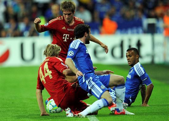 Los jugadores del FC Bayern Múnich, Anatoliy Tymoshchuk (i) y Philipp Lahm (2i), regatean con los jugadores del Chelsea. Foto: EFE
