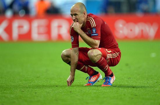 El jugador del Bayern Arjen Robben se lamenta después de que su equipo perdió ante el Chelsea. Foto: EFE
