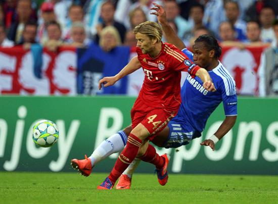 El jugador del FC Bayern Múnich, Anatoliy Tymoshchuk (i) intenta controlar el balón bajo la presión de Didier Drogba. Foto: EFE