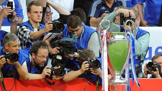 Los medios fotografían el trofeo de la Liga de Campeones antes de la final del torneo entre el FC Bayern Munich y el FC Chelsea. Foto: EFE