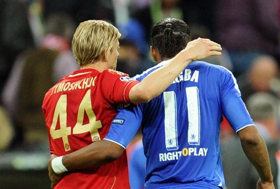 El jugador del Bayern Anatoliy Tymoshchuk (i) abraza a Didier Drogba (d), del Chelsea. Foto: EFE