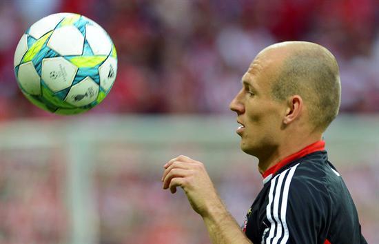 El medio holandés del FC Bayern Munich Arjen Robben calienta antes de la Liga de Campeones contra el FC Chelsea en Munich. Foto: EFE