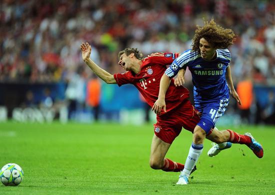 El jugador del Bayern, Thomas Mueller (izq), y el jugador del Chelsea, David Luiz. Foto: EFE