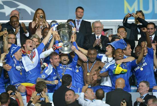 Jugadores del Chelsea celebran con el trofeo después de vencer al Bayern. Foto: EFE