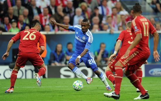 El jugador del Bayern, Diego Contento (izq), y el jugador del Chelsea, Salomon Kalou. Foto: EFE