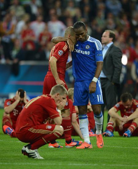 El jugador del Chelsea Didier Drogba (d) consuela a Arjen Robben (c) del Bayern, cerca de Bastian Schweinsteiger. Foto: EFE