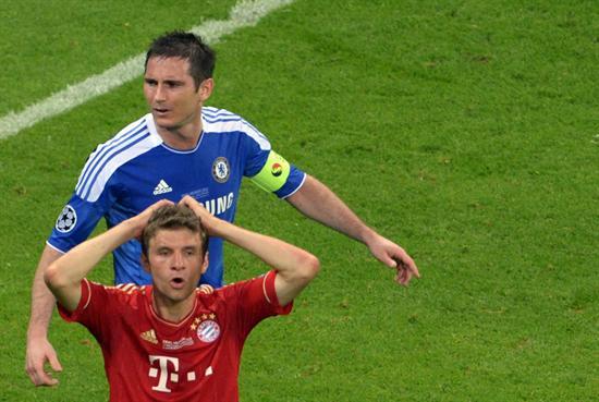 El jugador del Bayern Thomas Mueller (abajo) y Frank Lampard (arriba), del Chelsea. Foto: EFE