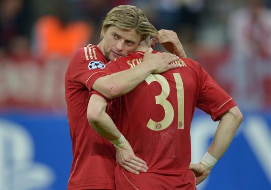 Los jugadores del Bayern Anatoliy Tymoshchuk (i) y Bastian Schweinsteiger (d) se lamentan tras perder ante Chelsea. Foto: EFE
