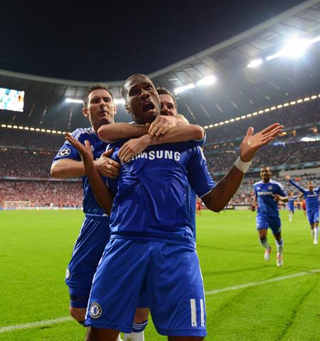 El jugador del Chelsea Didier Drogba (c) celebra con sus compañeros Frank Lampard (i) y Juan Mata. Foto: EFE