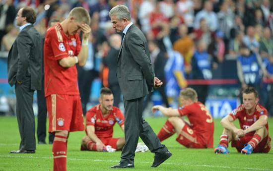 El jugador del Bayern Bastian Schweinsteiger (i) y el entrenador del equipo, Jupp Heynckes (d), lamentan la derrota ante Chelsea. Foto: EFE