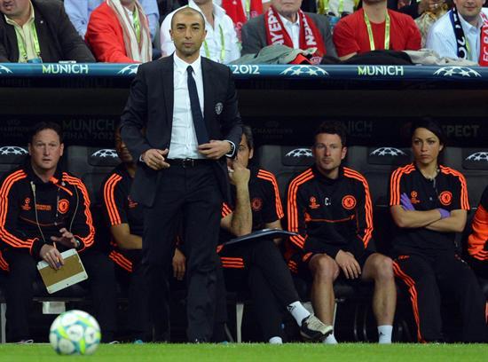 El entrenador del Chelsea Roberto Di Matteo (C), observa la actuación de sus jugadores en la final. Foto: EFE