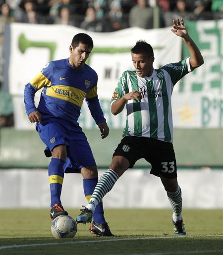 Lucas Viatri (i) de Boca Juniors disputa el balón con Adrian Reta (d) de Banfield. Foto: EFE