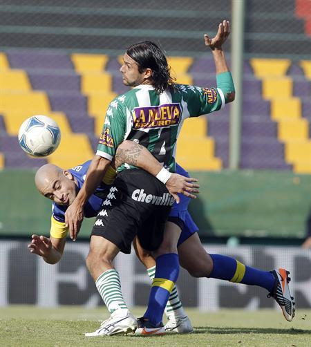 Santiago Silva (i) de Boca Juniors disputa el balón con Santiago Ladino (d) de Banfield. Foto: EFE