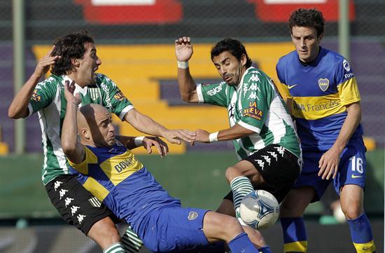 Santiago Silva (2i) y Pablo Ledesma (4i) de Boca Juniors disputan el balón ante Agustín Alayes (i) y Juan Eluchans (3 i) de Banfield. Foto: EFE