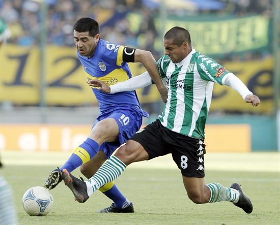 Juan Román Riquelme (i) de Boca Juniors disputa el balón con Walter Acevedo (d) de Banfield. Foto: EFE