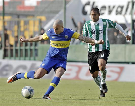 Santiago Silva (i) de Boca Juniors disputa el balón con Walter Acevedo (d) de Banfield. Foto: EFE