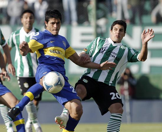 Facundo Roncaglia (i) de Boca Juniors disputa el balón con Marcelo Quinteros de Banfield. Foto: EFE