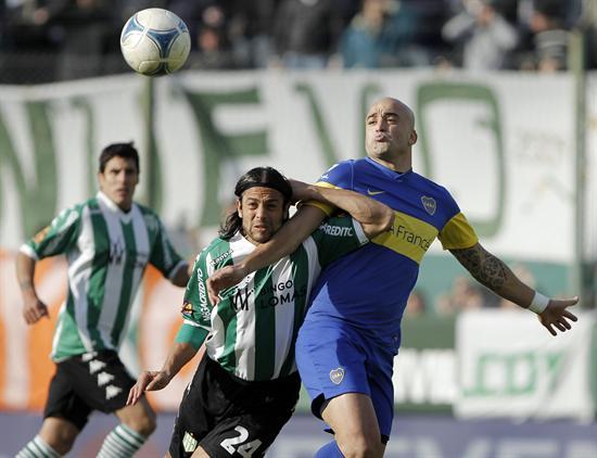 Santiago Silva (d) de Boca Juniors disputa el balón con Santiago Ladino (i) de Banfield. Foto: EFE