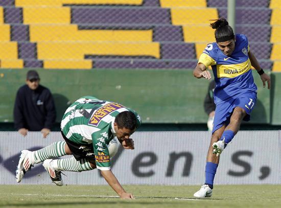 Walter Erviti (d) de Boca Juniors disputa el balón ante la marca de Jorge Achucarro (i) de Banfield. Foto: EFE