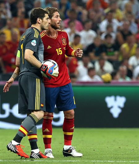 El arquero de España Iker Casillas (i) conversa con su compañero Sergio Ramos (d) ante Francia. Foto: EFE