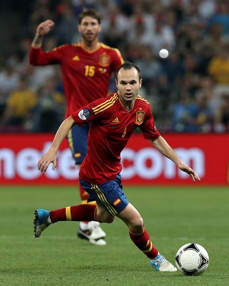 El jugador español Andrés Iniesta controla el balón. Foto: EFE