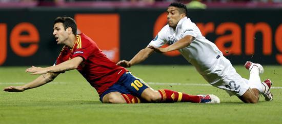 El centrocampista de España, Cesc Fábregas (i), es derribado por el defensa de Francia, Gael Clichy. Foto: EFE