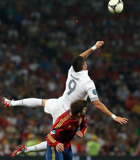El jugador de España Gerard Pique (i) disputa el balón con Olivier Giroud (d) de Francia. Foto: EFE
