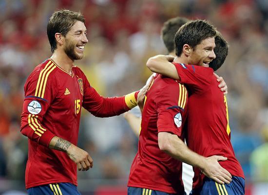 El centrocampista de España, Xabi Alonso (i), celebra su gol, el primero de su equipo, junto al defensa Jordi Alba. Foto: EFE