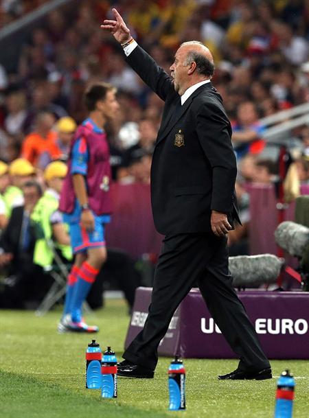 El técnico de España, Vicente del Bosque, da indicaciones a sus jugadores ante Francia. Foto: EFE