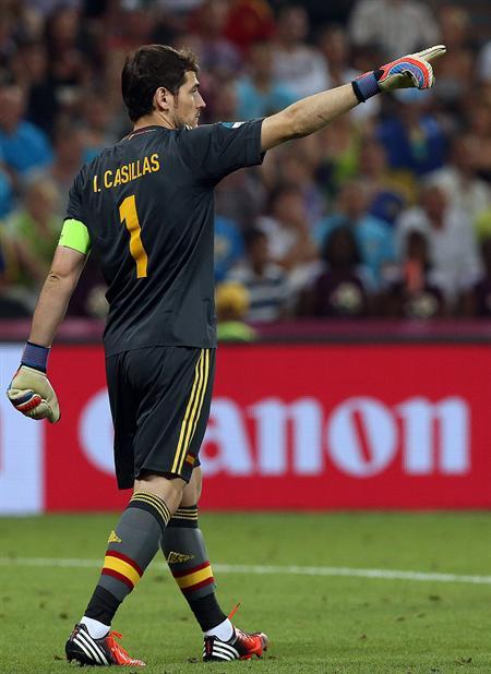 El arquero de España Iker Casillas da indicaciones a sus jugadores ante Francia. Foto: EFE