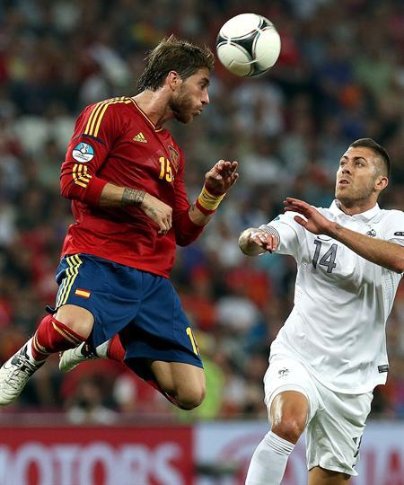 El jugador de España Sergio Ramos (i) disputa el balón con Jeremy Menez (d) de Francia. Foto: EFE