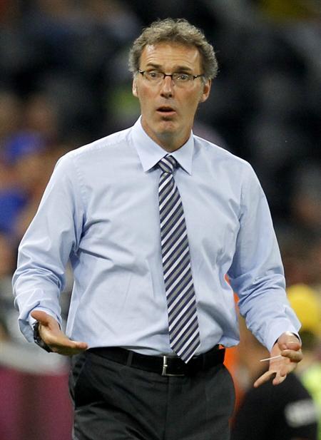 El técnico francés, Laurent Blanc, gesticula a sus jugadores ante España. Foto: EFE