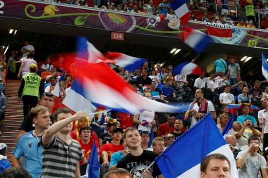 Aficionados franceses animan a su equipo antes del comienzo del encuentro de cuartos de final. Foto: EFE