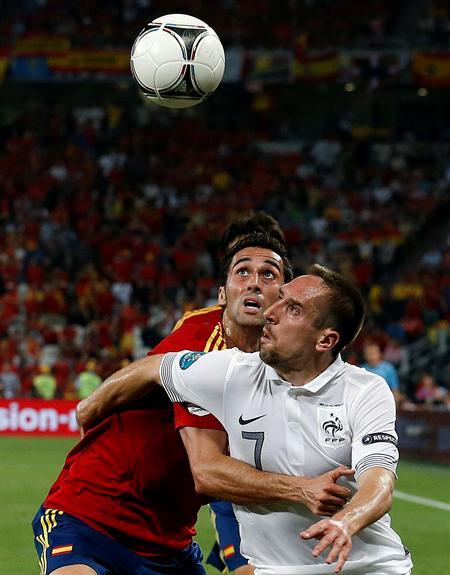El juagdor de la selección española, Álvaro Arbeloa (i), pelea por el balón con el jugador francés Franck Ribery. Foto: EFE