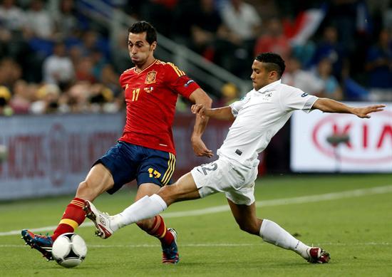 El defensa español Álvaro Arbeloa (i) pelea por el balón con el francés Gael Clichy. Foto: EFE