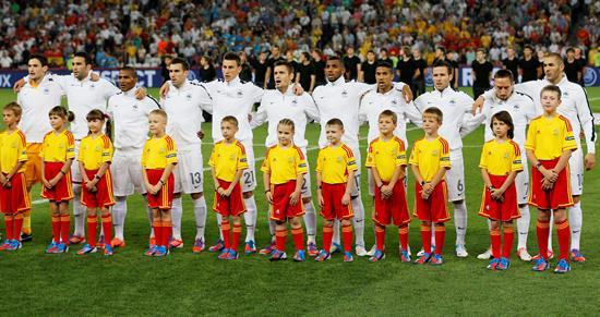 La selección francesa durante la interpretación de su himno nacional, antes del comienzo del partido. Foto: EFE